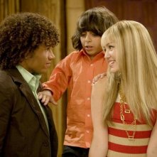 Miley Cyrus, Moises Arias e Corbin Bleu in una scena dell'episodio We're All On This Date Together di Hannah Montana