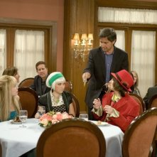 Miley Cyrus, Ray Romano ed Emily Osment in una scena dell'episodio We're All On This Date Together di Hannah Montana