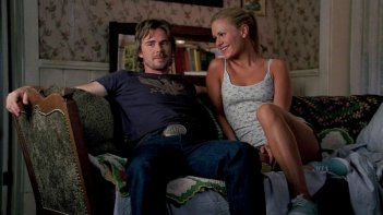 Sam Trammell e Anna Paquin in un'immagine dell'episodio To Love is to Bury della serie True Blood