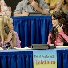 Selena Gomez e Miley Cyrus in una scena dell'episodio Che genere di amici siamo? di Hannah Montana
