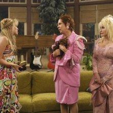 Vicki Lawrenc e e Miley Cyrus in una scena dell'episodio Problemi di famiglia di Hannah Montana