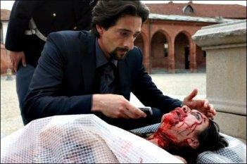 Adrien Brody con una vittima del serial killer Giallo nel film diretto da Dario Argento.