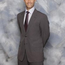 Jay Harrington è Ted in una foto promozionale di Better Off Ted