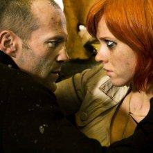 Jason Statham e Natalya Rudakova in una scena del film Transporter 3