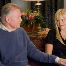 Jon Voight e Reese Witherspoon in una scena del film Four Christmases
