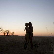 Nicole Kidman e Hugh Jackman in una romantica immagine del film Australia diretto da Baz Luhrmann
