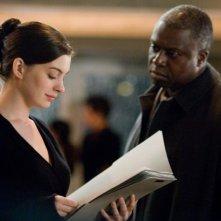 Anne Hathaway e Andre Braugher in un'immagine del film Passengers - Mistero ad alta quota