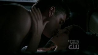 Julie McNiven e Jensen Ackles in una scena d'amore nell'episodio 'Heaven and Hell' della quarta stagione di Supernatural