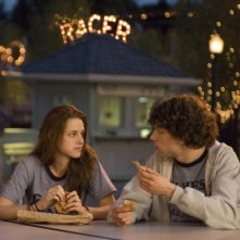 Kristen Stewart e Jesse Eisenberg in una scena del film Adventureland