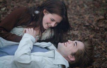 Una romantica immagine di Kristen Stewart e Robert Pattinson nel film Twilight