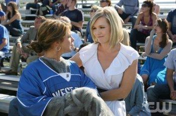 Shenae Grimes e Jennie Garth in una scena dell'episodio That Which We Destroy di 90210