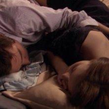 Ed Westwick e Leighton Meester teneramente addormentati in una scena dell'episodio ' Le strade si dividono ' della serie tv Gossip Girl