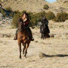 Genevieve Cortese in un inseguimento della prima stagione della serie televisiva Wildfire