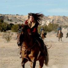 Genevieve Cortese in una scena d'azione della prima stagione di Wildfire