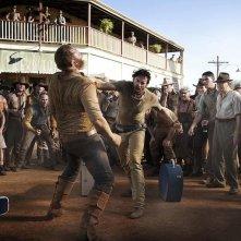 Hugh Jackman impegnato in una scena di lotta nel film Australia