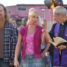 Jaime Pressly con dei colleghi in una scena dell'episodio 'Little Bad Voodoo Brother' della serie tv My name is Earl