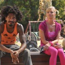 Jaime Pressly con Eddie Steeples in una scena dell'episodio 'Little Bad Voodoo Brother' della serie tv My name is Earl