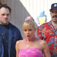 Jaime Pressly con Jason Lee e Ethan Suplee in una scena dell'episodio 'Little Bad Voodoo Brother' della serie tv My name is Earl