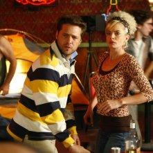 Jason Priestley con la collega Jaime Pressly in un momento dell'episodio 'Earl and Joy's Anniversary' della serie tv My name is Earl