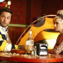Jason Priestley e Jaime Pressly in un momento dell'episodio 'Earl and Joy's Anniversary' della serie tv My name is Earl