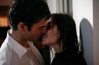 Luca Argentero e Claudia Pandolfi in una scena del film Solo un padre