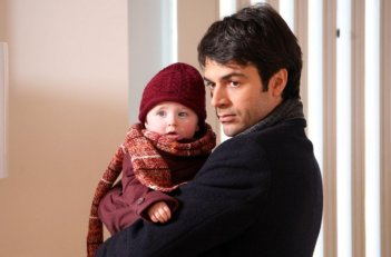 Luca Argentero è il padre della piccola Sofia nel film Solo un padre