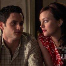 Penn Badgley e Leighton Meester complottano insieme in una scena dell'episodio ' Le strade si dividono ' della serie tv Gossip Girl