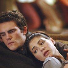 Genevieve Cortese con Micah Alberti in una scena dell'episodio 'Diplomazia' della serie tv Wildfire