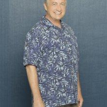 Ken Jenkins sorride in una foto promozionale dell'ottava stagione di Scrubs