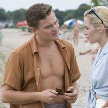 Leonardo DiCaprio e Kate Winslet in un'immagine del film Revolutionary Road