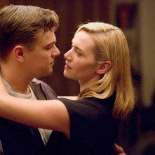 Leonardo DiCaprio e Kate Winslet in un'immagine di Revolutionary Road
