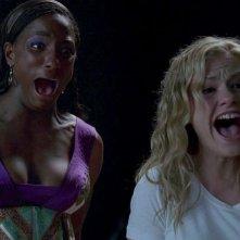 Rutina Wesley e Anna Paquin in una scena dell'episodio You'll Be the Death Of Me della serie True Blood