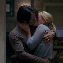 Stephen Moyer e Anna Paquin si baciano in una scena dell'episodio You'll Be the Death Of Me della serie True Blood