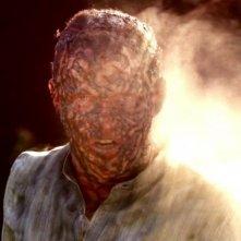 Stephen Moyer finisce arrosto in una scena dell'episodio You'll Be the Death Of Me della serie True Blood