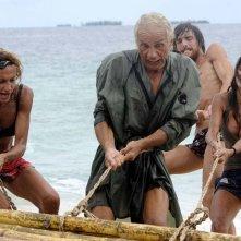 Vladimir Luxuria, Carlo Capponi, Leonardo Tumiotto e Belen Rodriguez sull'Isola dei Famosi alle prese con la zattera.