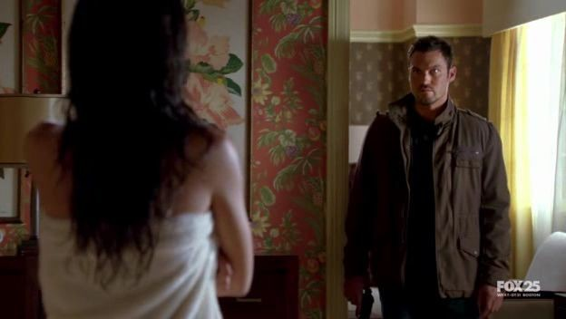 Stephanie Jacobsen Di Spalle E Brian Austin Green In Una Scena Dell Episodio Strange Things Happen At The One Two Point Di The Sarah Connor Chronicles 98036