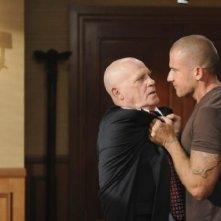 Dominic Purcell e Leon Russom in una scena dell'episodio Selfless di Prison Break