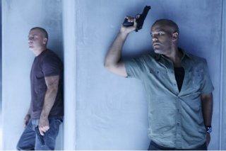 Dominic Purcell ed Amaury Nolasco in una scena dell'episodio Selfless di Prison Break
