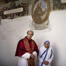 Fabrizio Gifuni, nel ruolo di Papa Paolo VI, e Mariolina De Fano, in quello di Madre Teresa di Calcutta, in un'immagine della fiction Paolo VI - Il Papa nella tempesta