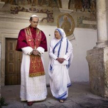 Fabrizio Gifuni, nel ruolo di Papa Paolo VI, e Mariolina De Fano, in quello di Madre Teresa di Calcutta, in una scena della fiction Paolo VI - Il Papa nella tempesta