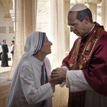 Mariolina De Fano e Fabrizio Gifuni in un'immagine della fiction Paolo VI - Il Papa nella tempesta