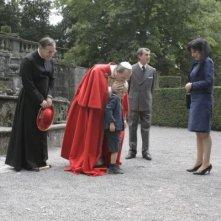 Papa Montini (Fabrizio Gifuni) bacia un bambino sul capo in una scena della fiction di RaiUno Paolo VI - Il Papa nella tempesta