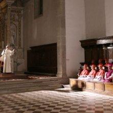 Papa Montini (Fabrizio Gifuni) decide coraggiosamente di tenere aperto il Concilio in una scena della fiction Paolo VI - Il Papa nella tempesta
