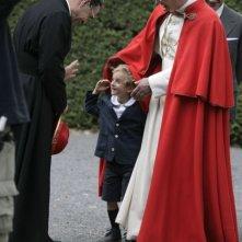 Papa Montini (Fabrizio Gifuni) gioca con un bambino in una scena della fiction di RaiUno Paolo VI - Il Papa nella tempesta