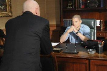 Wentworth Miller e Leon Russom in una scena dell'episodio Selfless di Prison Break