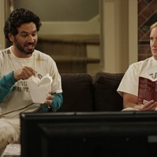 Al Madrigal e Jay Mohr in una scena dell'episodio Gary and Allison's Restaurant di Gary Unmarried