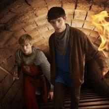 Colin Morgan e Bradley James in una immagine promozionale della serie Merlin