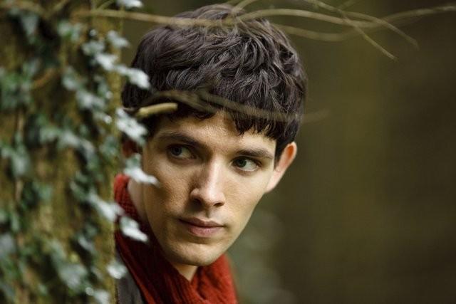 Colin Morgan è Merlino in una scena della serie Merlin