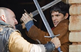 Colin Morgan in combattimento in una scena della serie Merlin