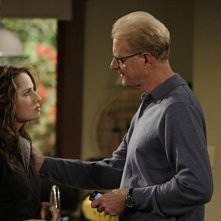 Ed Begley Jr. e Paula Marshall in una scena dell'episodio Gary Gives Thanks di Gary Unmarried